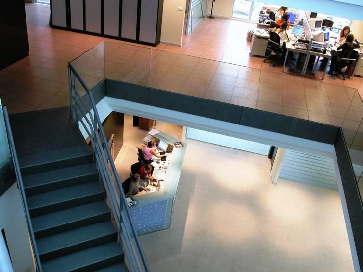 Pasillo: Oficinas y Tiendas de estilo  de arquitectura & diseño mobilarte, s.a.