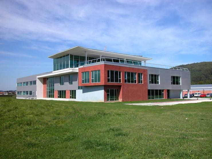 Fachada principal: Oficinas y Tiendas de estilo  de arquitectura & diseño mobilarte, s.a.