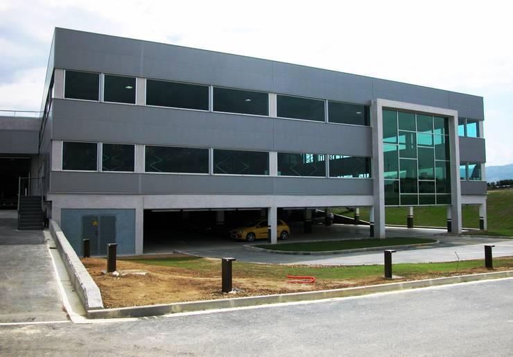 Fachada trasera, garaje y almacén: Oficinas y Tiendas de estilo  de arquitectura & diseño mobilarte, s.a.