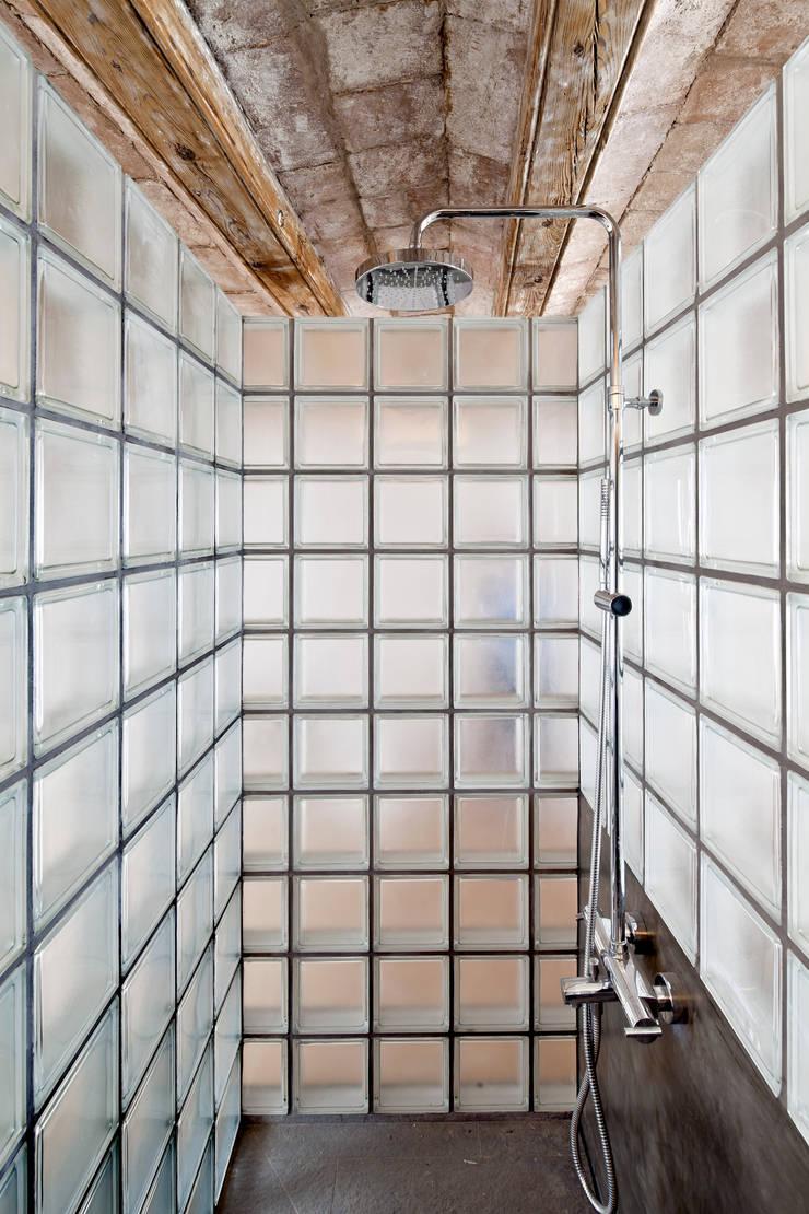 DUCHA: Baños de estilo  de Alex Gasca, architects.
