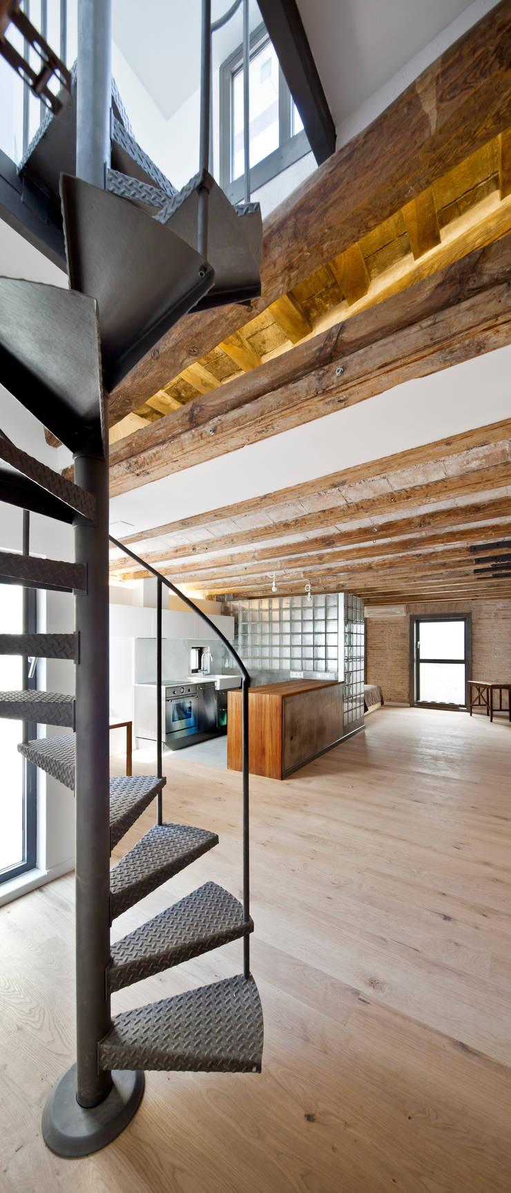ESCALERA ACCESO TERRAZA: Cocinas de estilo  de Alex Gasca, architects.