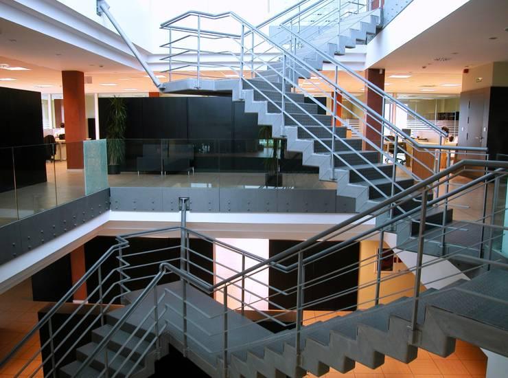 Escalera: Oficinas y Tiendas de estilo  de arquitectura & diseño mobilarte, s.a.