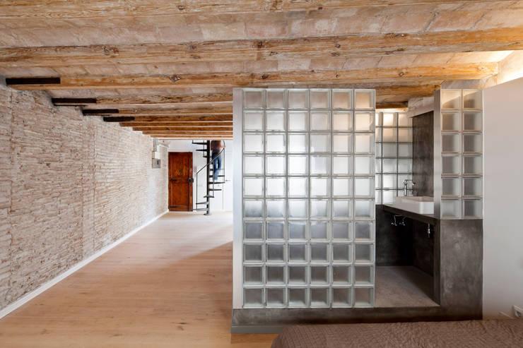 BAÑO: Pasillos y vestíbulos de estilo  de Alex Gasca, architects.