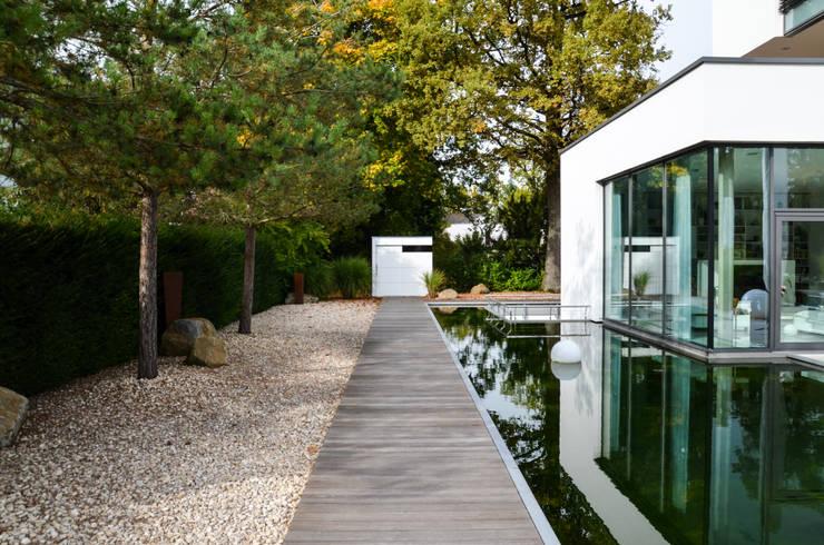 gartenhaus @gart zwei – München:  Garten von design@garten - Alfred Hart -  Design Gartenhaus und Balkonschraenke aus Augsburg,Minimalistisch Holz-Kunststoff-Verbund