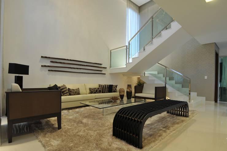 Casa Contemporânea: Salas de estar modernas por Espaço Cypriana Pinheiro