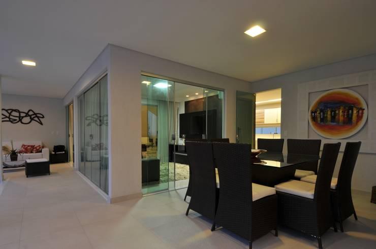 Balcone, Veranda & Terrazza in stile moderno di Espaço Cypriana Pinheiro Moderno