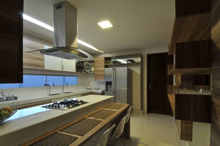 Casa Contemporânea: Cozinhas modernas por Espaço Cypriana Pinheiro