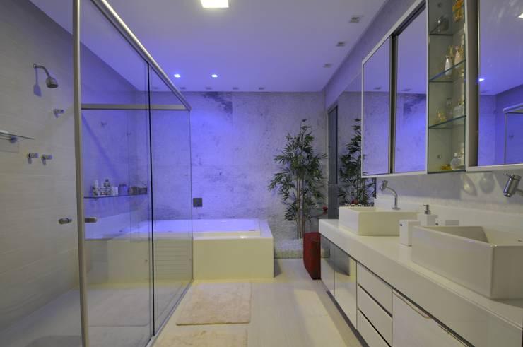 Casa Contemporânea: Banheiros  por Espaço Cypriana Pinheiro