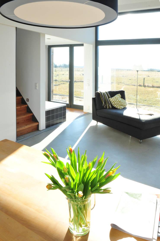 Salas de estar modernas por JEBENS SCHOOF ARCHITEKTEN Moderno