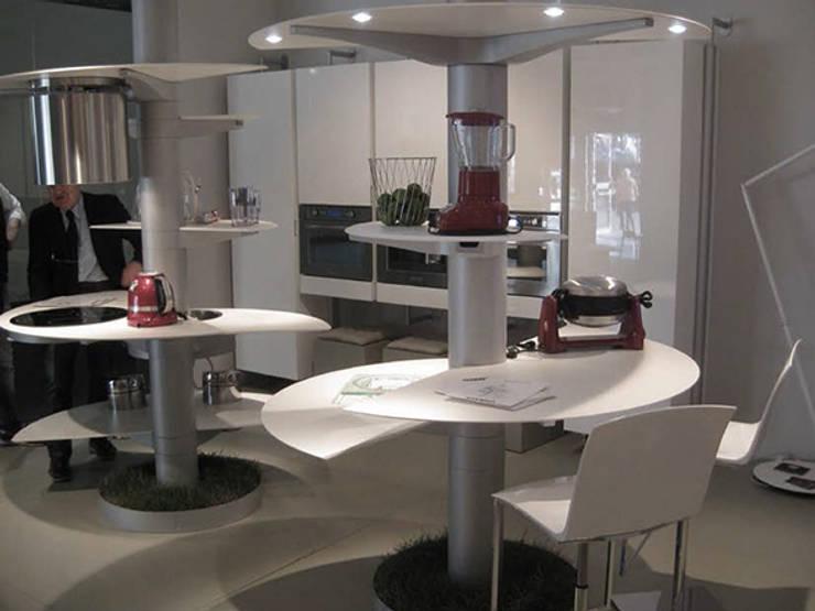 Arredo Cucina.Il newkitchenconcept di OIKOS si chiama Treestyle: Cucina in stile  di STUDIO ARCHITETTURA-Designer1995