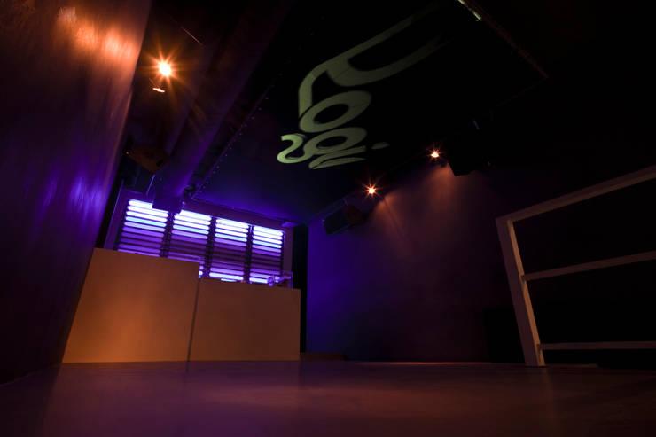 Logic club: Negozi & Locali commerciali in stile  di designer, Minimalista