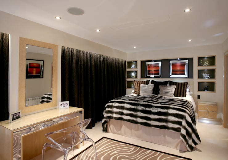 Master Bedroom:   by Angel Martin Interiors