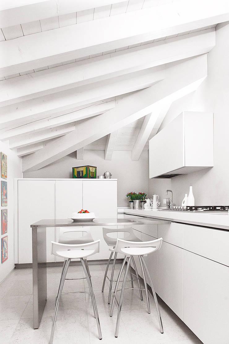 Cucina:  in stile  di Studio Tecnico Magenis Professionisti Associati, Minimalista