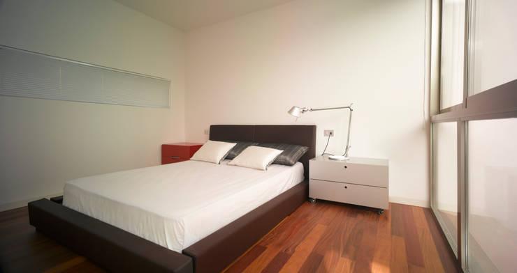 Camera da letto in stile in stile Moderno di Rocamora Arquitectura