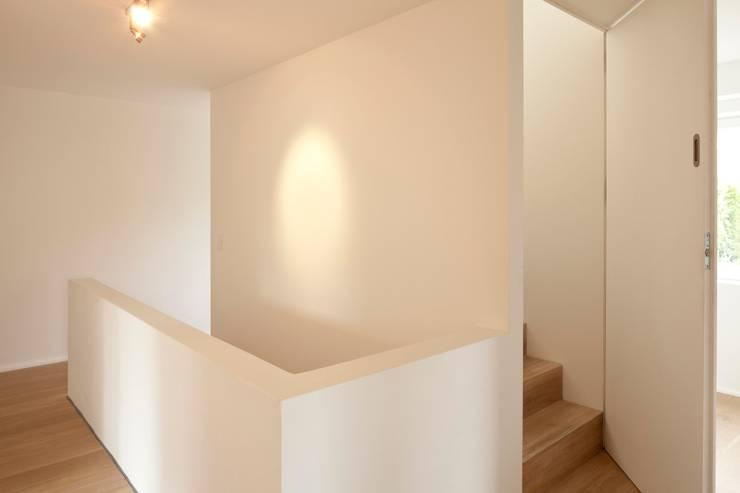 Country style corridor, hallway& stairs by hausbuben architekten gmbh Country