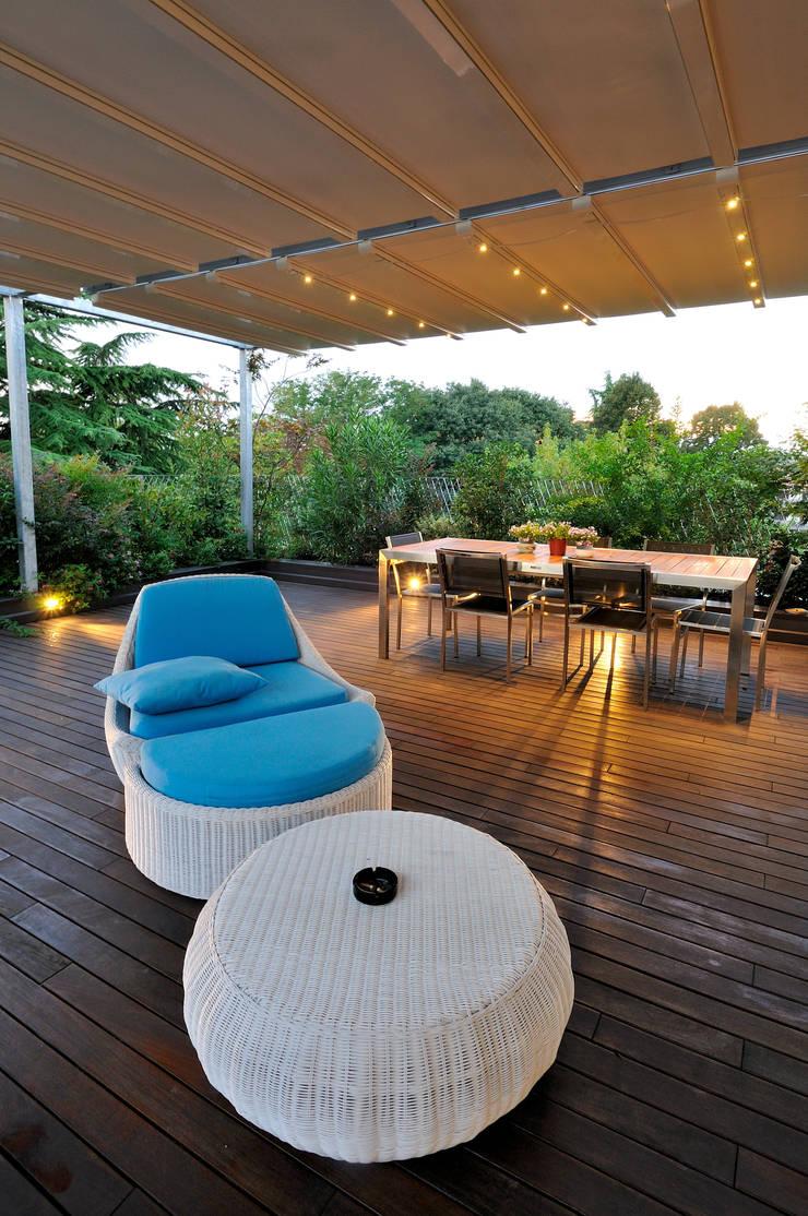 +studi: terrazza attico L+S: Terrazza in stile  di +studi, Moderno