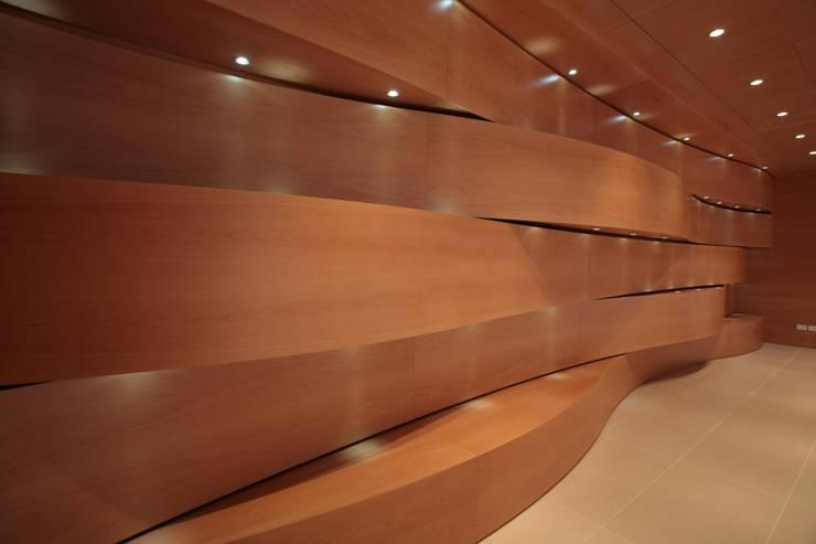 parete foyer: Centri congressi in stile  di Rizzo 1830