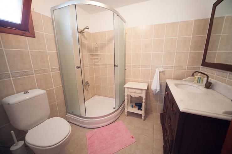 現代浴室設計點子、靈感&圖片 根據 ARAL TATİLÇİFTLİĞİ 現代風