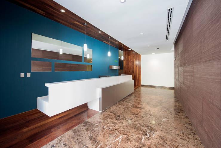 Couloir et hall d'entrée de style  par ESTUDIO TANGUMA
