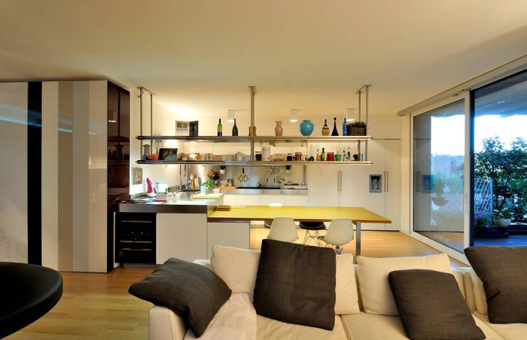 +studi: cucina e open space dell'attico L+S:  in stile  di +studi, Moderno