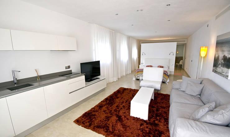 Loft: Salones de estilo moderno de Ivan Torres Architects