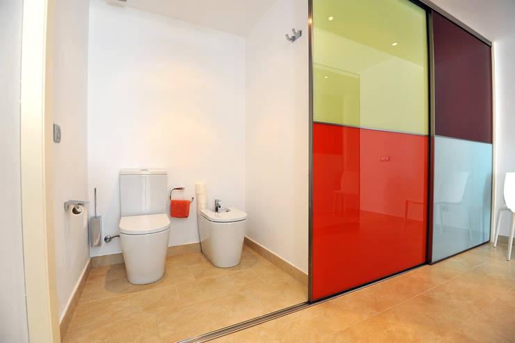 Loft: Baños de estilo moderno de Ivan Torres Architects