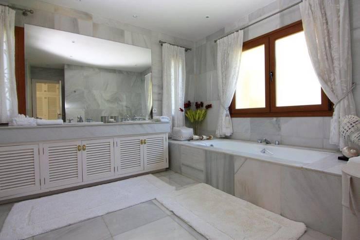 Baños de estilo  por Bernadó Luxury Houses