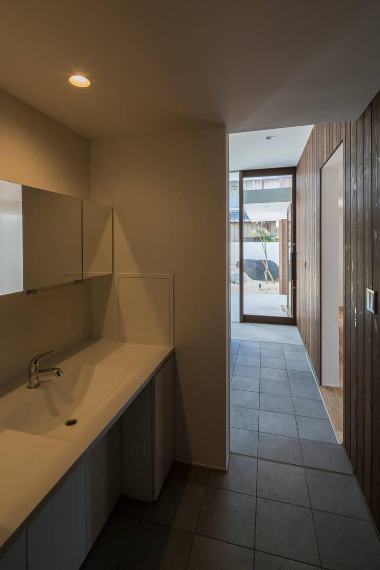 SUNOMATA: 武藤圭太郎建築設計事務所が手掛けた浴室です。