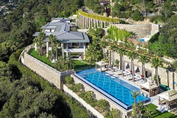 Antibes Architecte Paysgiste: Piscines  de style  par Nelumbo
