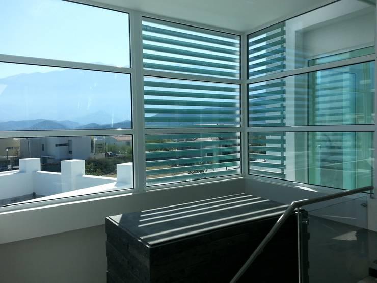 FACHADA INTERIOR Casas modernas de DEAALUM Moderno