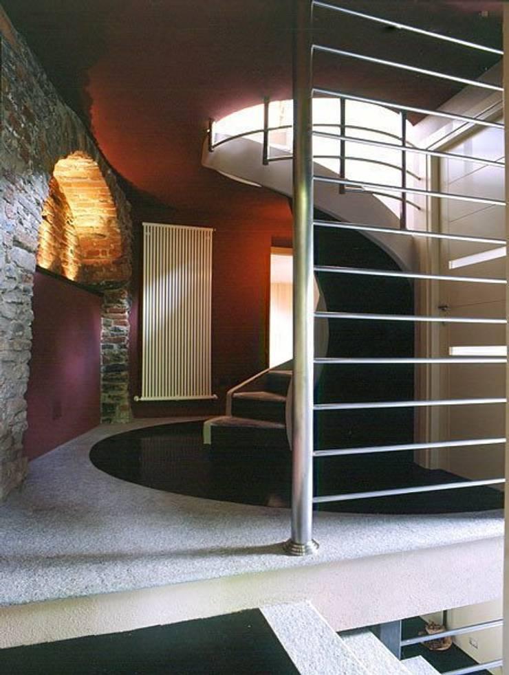 Hilltop House: Case in stile  di alessandromarchelli+designers AM+D studio,