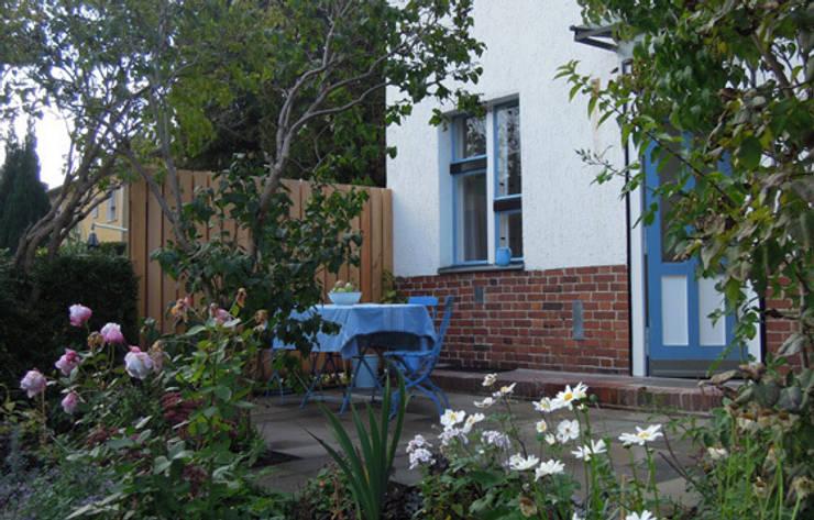 Staudenbeet vor der Terrasse:  Häuser von Katrin Lesser,Ausgefallen