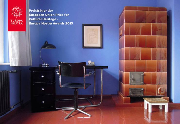 Blaues Schlafzimmer mit Arbeitsecke:  Häuser von Katrin Lesser,Ausgefallen