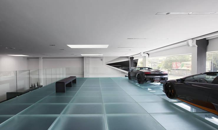 Soppalco in vetro antiscivolo.: Concessionarie d'auto in stile  di Vitrealspecchi Spa