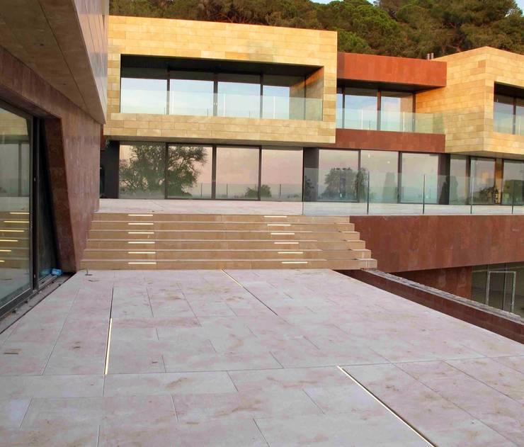 Villa en Marbella: Paredes y suelos de estilo  de CANU