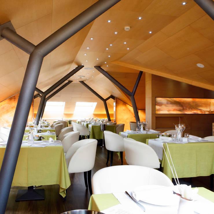 Restaurante Las Delicias:  de estilo  de Ebanisteria Puente SL