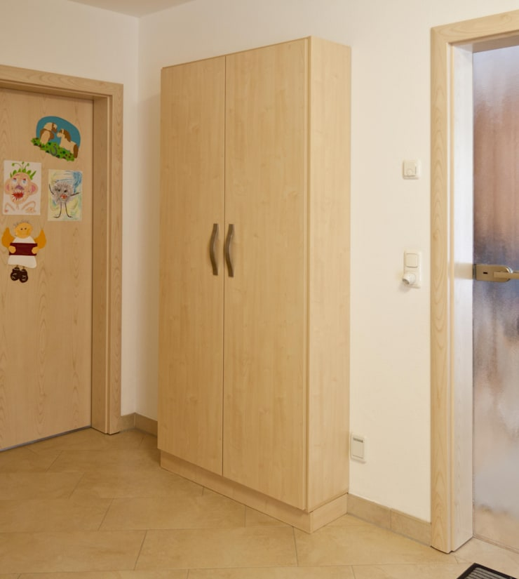 Corridor, hallway & stairs  by Schrankplaner GmbH