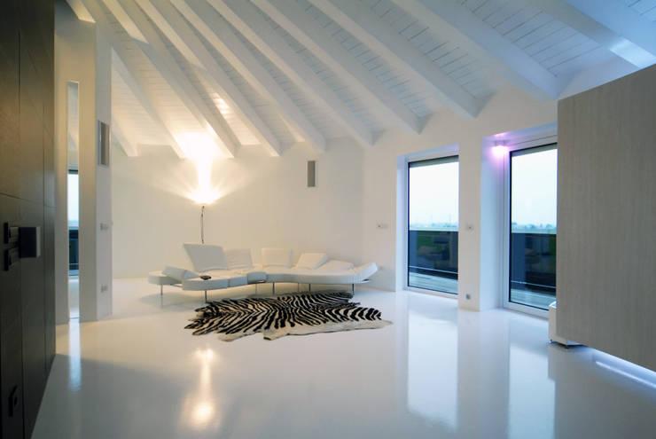 Soggiorno 03 di Carlo Beltramelli Interior Designer Moderno
