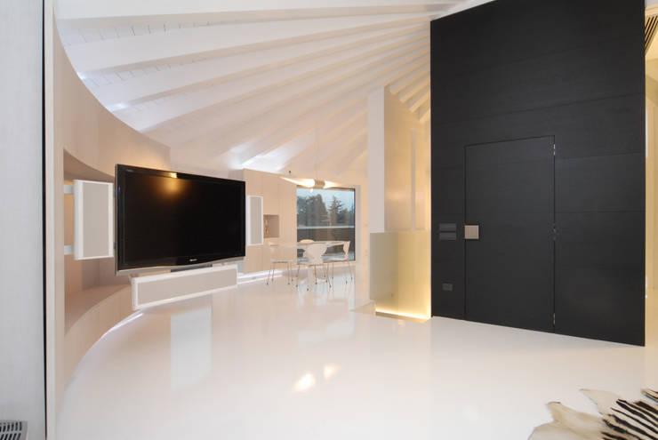 Soggiorno 01 di Carlo Beltramelli Interior Designer Moderno