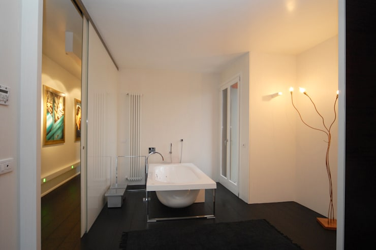 vasca da bagno in camera padronale di Carlo Beltramelli Interior Designer Moderno