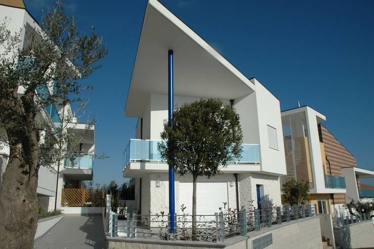 Residence <q>Gli Ulivi</q>: Case in stile  di AGUZZI DESIGN STUDIO