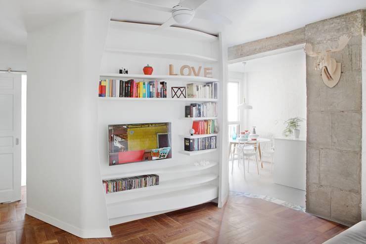 Salón: Salones de estilo ecléctico de Sucursal urbana universo Sostenible