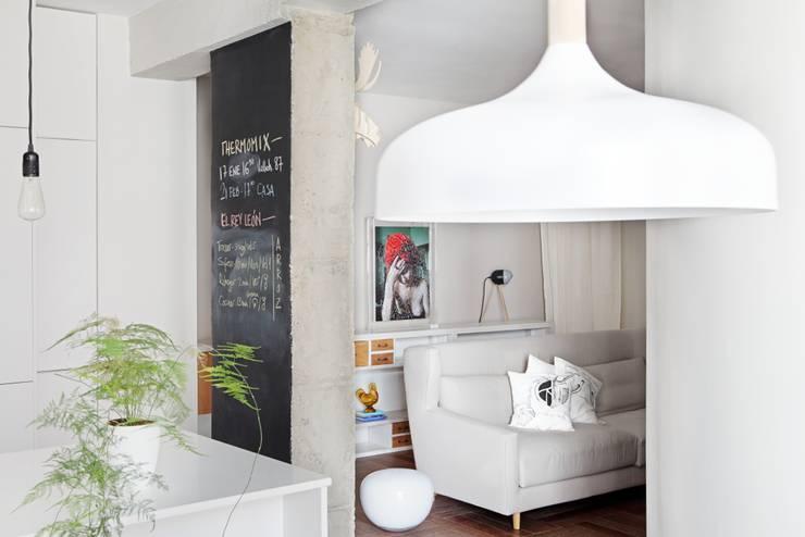 Transición entre cocina y salón: Salones de estilo ecléctico de Sucursal urbana universo Sostenible