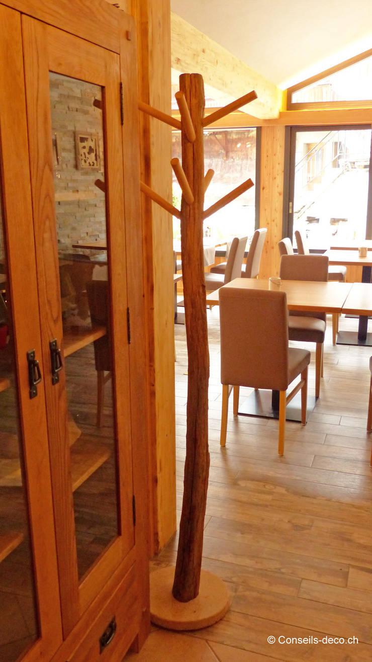 Décoration et mise en ambiance d'un restaurant de montagne:  de style  par Shopping Déco Sarl