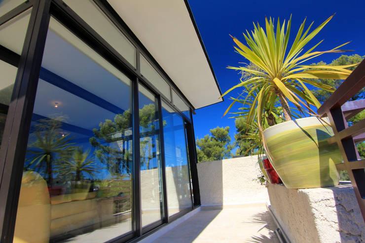 VILLA M_I: Piscines  de style  par Agence Forvieux Architecture