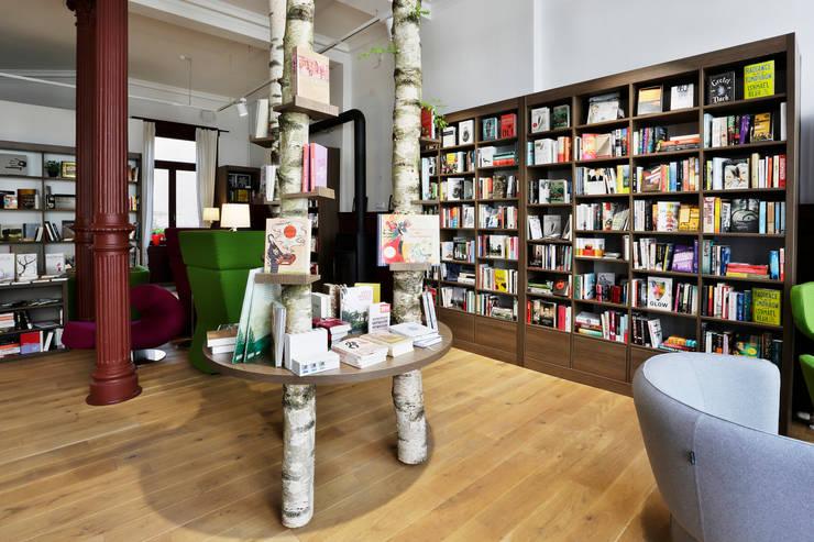 Buchcafe' Nero39:  Office spaces & stores  by Schmitt Ladenbau GmbH