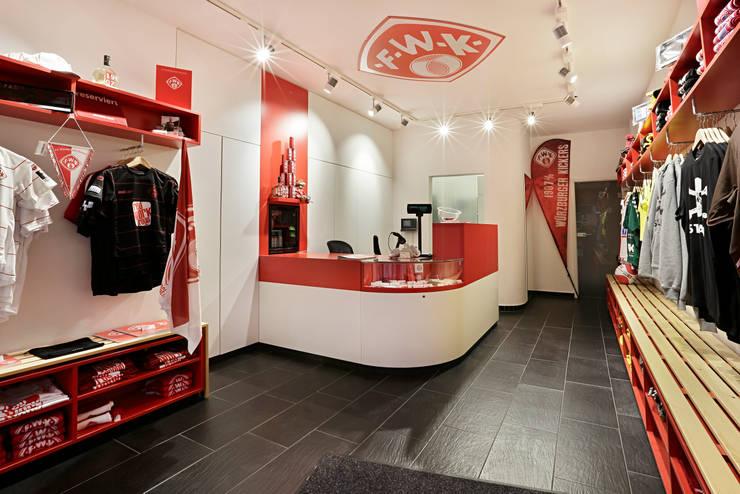 Kickers & Friends:  Dressing room by Schmitt Ladenbau GmbH