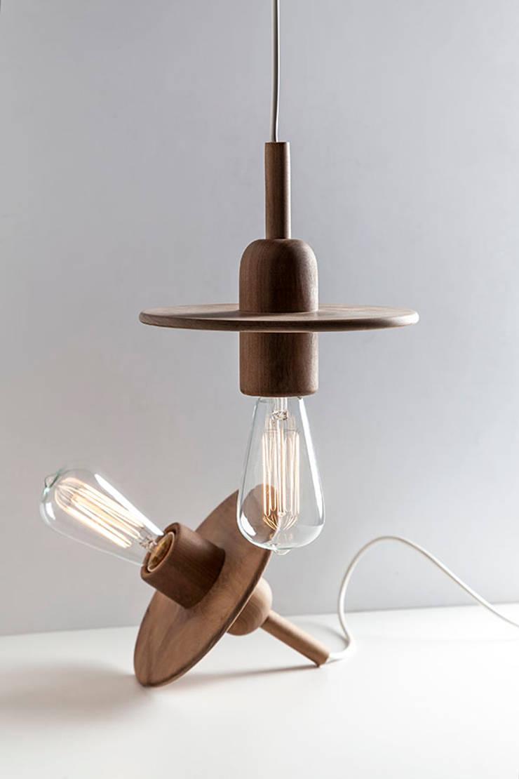 Spin: Dormitorios de estilo  por Mags Design