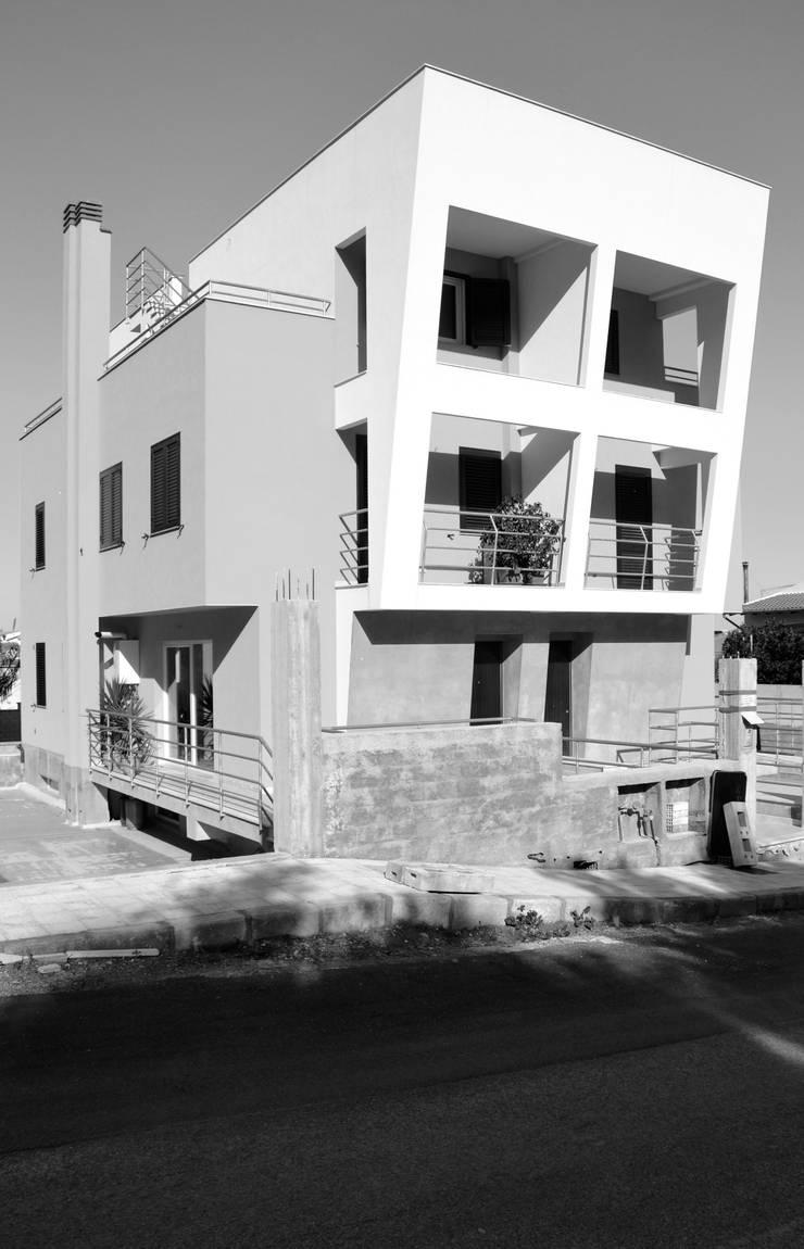 Casa DL:  in stile  di Studio Aronica