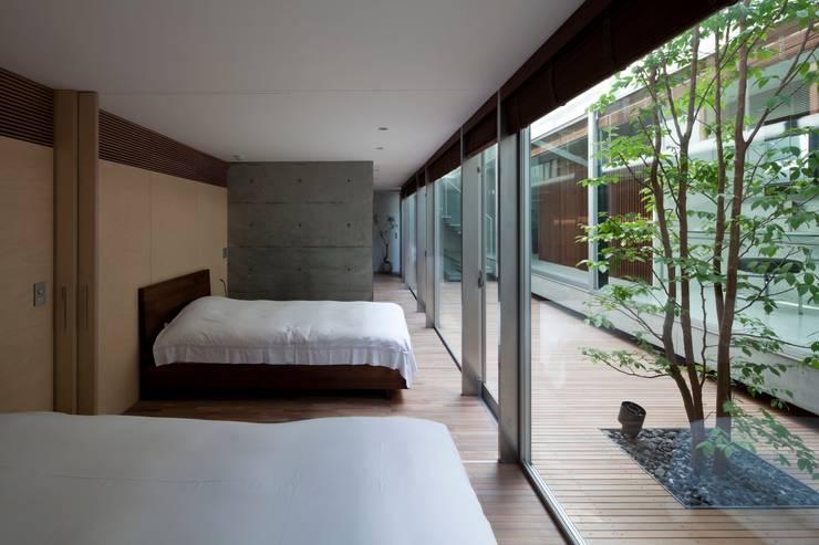 PATIO: Yaita and Associaesが手掛けた寝室です。